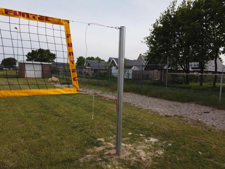 Het net tussen de palen kan op meerde hoogtes bevestigd worden. Ook kan het net goed op spanning worden gebracht.